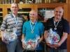 Die 3 Einzelsieger bei der Siegerehrung, v. l.: Wolfgang Auerbacher (N, 3. Sieger), Reinhold Riedl (D, 1. Sieger) und Heinz Gabes (D, 2.Sieger) mit Medaillen und Brotzeitpaket.